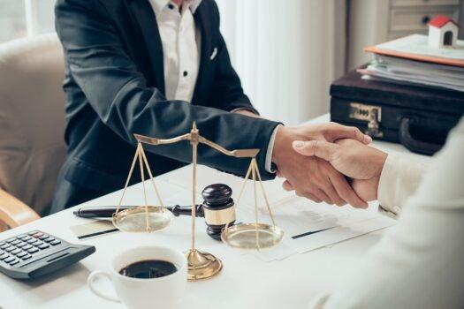 Kiedy warto korzystać z usług radcy prawnego?