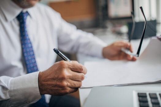 Czy umowę deweloperską warto skonsultować z prawnikiem?